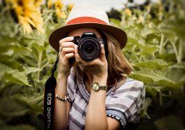 Una joven mujer toma fotos de los mejores lugares de México.