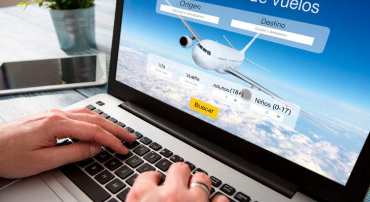 Persona buscando vuelos más baratos en internet