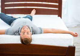 hombre acostado en una cama