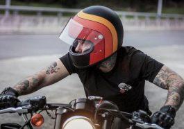 motociclista con casco vintage