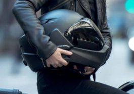 mujer sosteniendo casco de motociclista