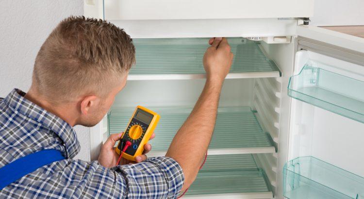 persona reparando refrigeradora