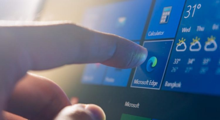 persona usando computadora con Windows 10