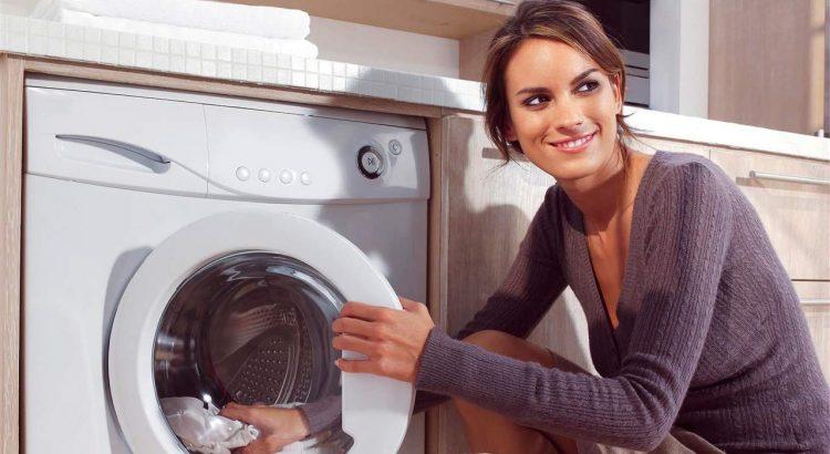 Mujer usando lavadora