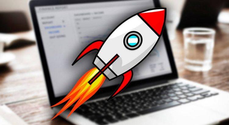 computadora con imagen de cohete