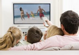 Personas viendo televisión