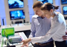 Personas comprando computadora