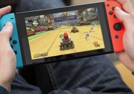 Persona juagando Nintendo Switch