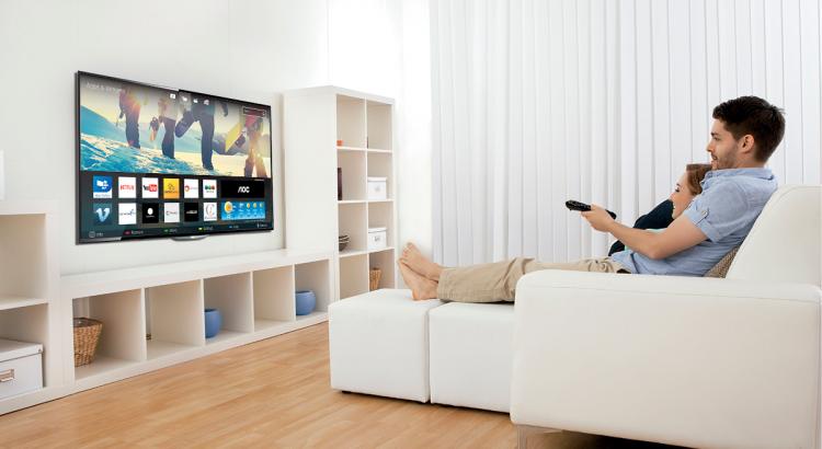 Personas viendo Smart tv