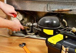 persona arreglando las bobinas de una refrigeradora